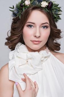 Portret panna młoda z dużymi pięknymi oczami na bielu