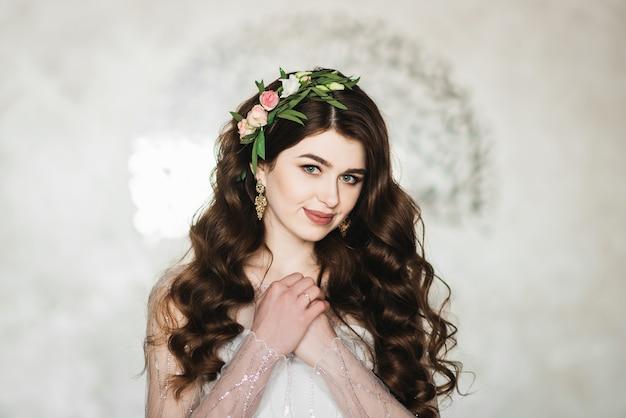 Portret panny młodej z kwiatami we włosach