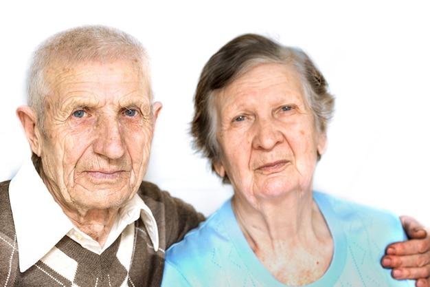 Portret pary dziadków na białym tle