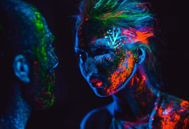 Portret pary kochanków malowany proszkiem fluorescencyjnym.