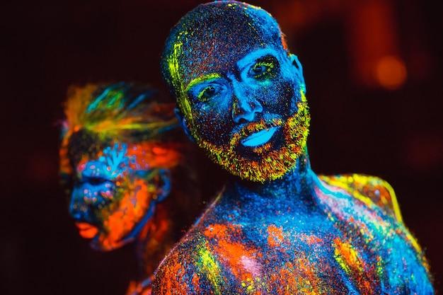 Portret pary kochanków namalowanych proszkiem fluorescencyjnym.
