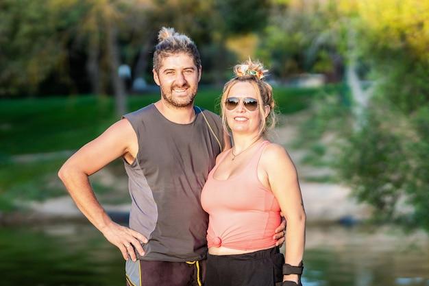 Portret pary w sportowych ubraniach w parku