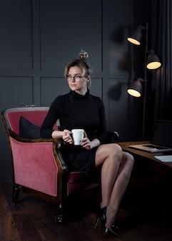 Portret patrzeje daleko od dorosły bizneswoman