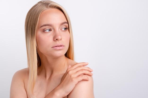 Portret patrzeje daleko od piękna młoda kobieta