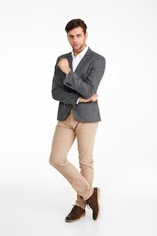 Portret pełnej długości pewny siebie atrakcyjny mężczyzna w kurtce