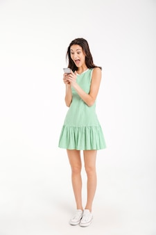 Portret pełnej długości podekscytowana dziewczyna w sukience