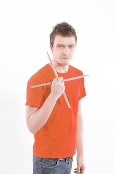 Portret perkusisty muzyka z pałeczkami do perkusji
