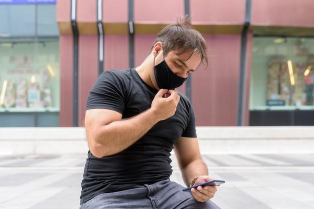 Portret persa z maską do ochrony przed epidemią koronawirusa w centrum handlowym w mieście