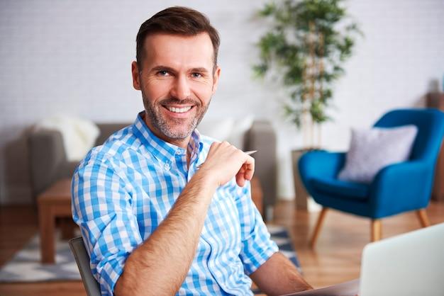 Portret pewnego siebie mężczyzny w domowym biurze