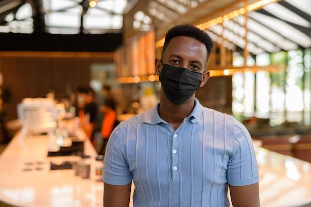 Portret pewnego siebie młodego afrykańskiego biznesmena noszącego zwykłe ubrania