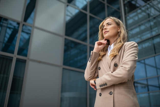 Portret pewnej bizneswoman przed jej biurem, koncepcja kariery ludzi biznesu