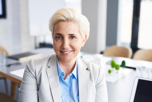 Portret pewnej siebie bizneswoman w biurze