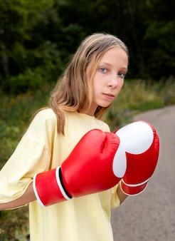 Portret pewnej siebie dziewczyny w rękawicach bokserskich