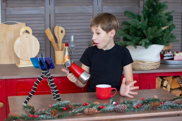 Portret pewnej siebie i kreatywnej blogerki dziecięcej rozmawiającej z kamerą w domu w kuchni