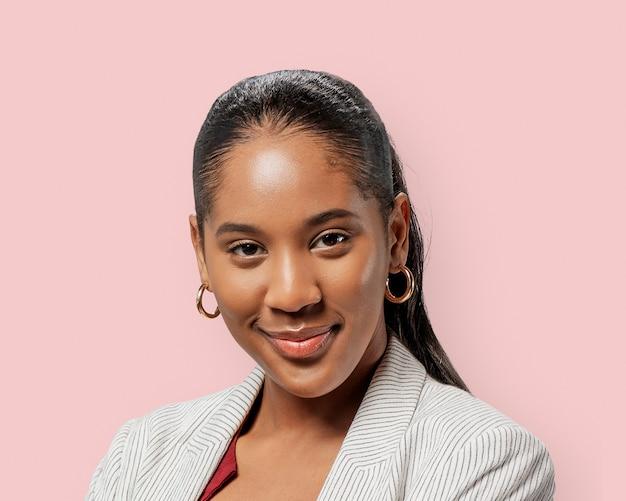 Portret pewnej siebie kobiety biznesu, uśmiechnięta twarz
