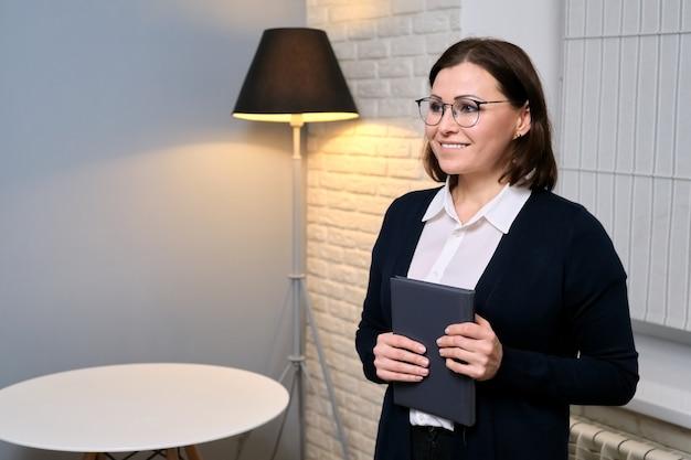 Portret pewnej siebie kobiety doradcy w średnim wieku, prawnika, doradcy, sekretarki w biurze, miejsca kopiowania