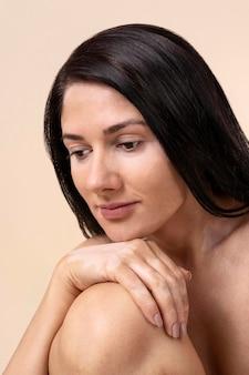 Portret pewnej siebie kobiety z bielactwem