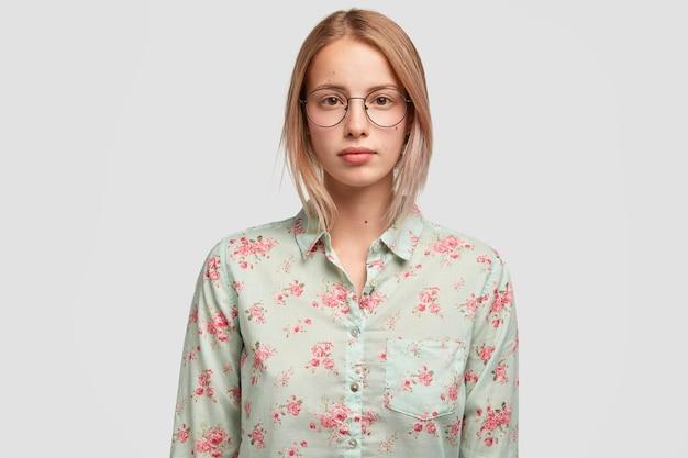 Portret pewnej siebie ładnej kobiety w talii ma magnetyczny wygląd