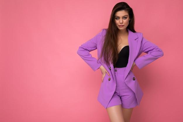 Portret pewnej siebie poważnej pięknej modnej brunetki kobiety w dorywczo stylowy fioletowy garnitur