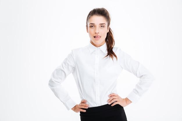 Portret pewnej siebie uwodzicielskiej młodej bizneswoman