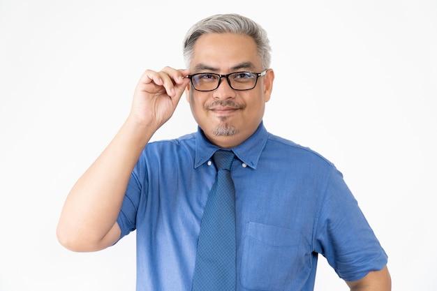 Portret pewnie azjatycki biznes człowiek w okularach i koszulę z krótkim rękawem