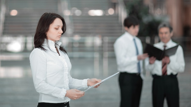 Portret pewnie biznes kobieta tło biura. zdjęcie z miejscem na kopię