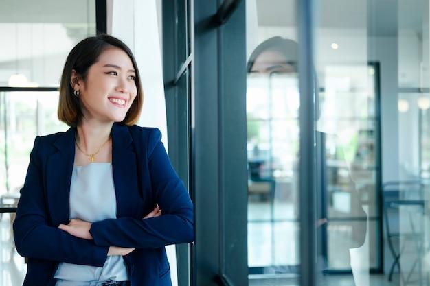 Portret pewnie bizneswoman w biurze.
