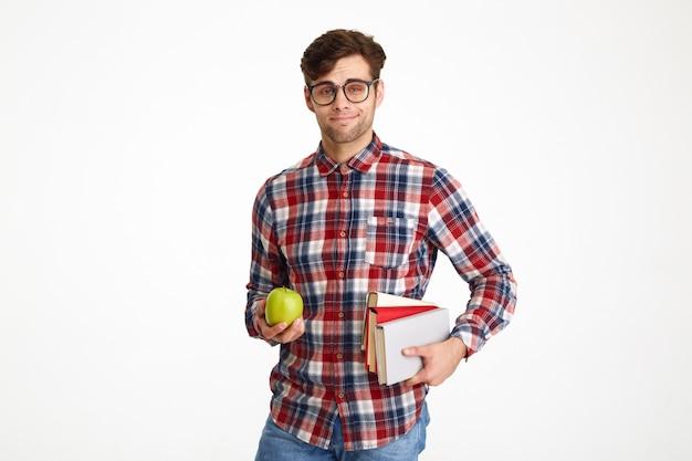 Portret pewnie młody student mężczyzna trzyma książki