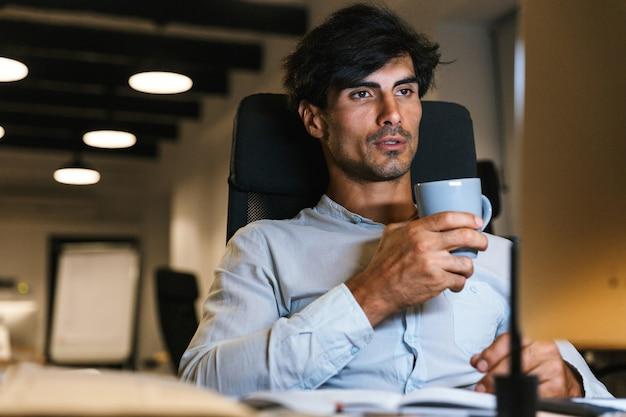 Portret pewnie skoncentrowany biznesmen pracy