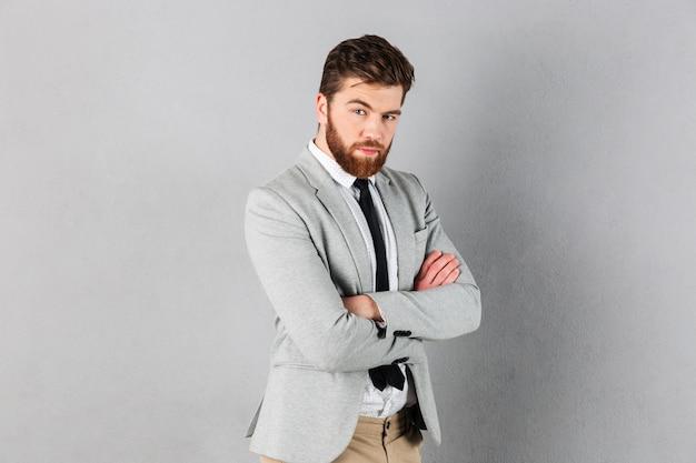 Portret pewność biznesmen ubrany w garnitur