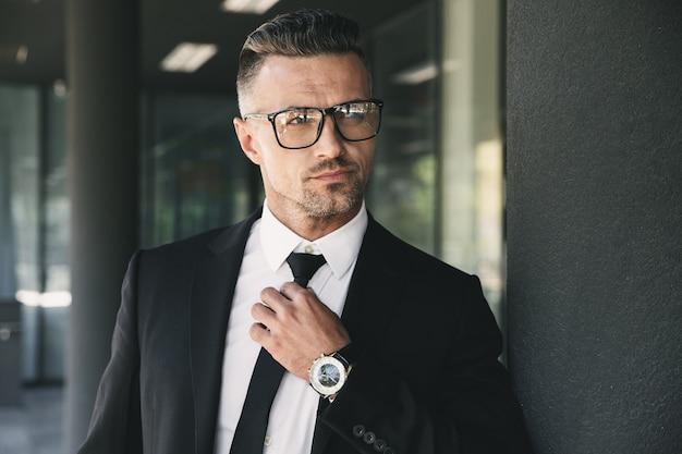 Portret pewność młodego biznesmena
