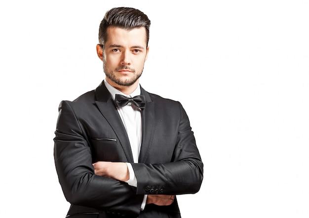Portret pewność przystojny mężczyzna w czarnym kolorze z bowtie