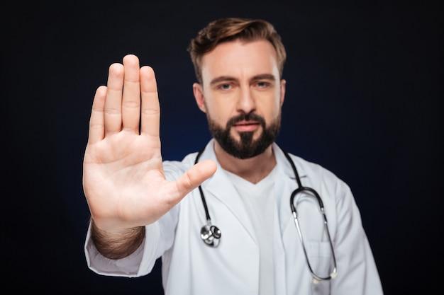 Portret pewny siebie lekarz mężczyzna ubrany w mundur
