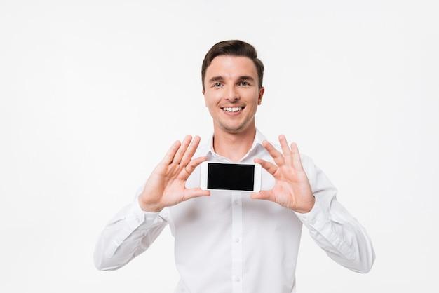 Portret pewny siebie sukces mężczyzny w białej koszuli
