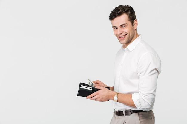 Portret pewny siebie uśmiechnięty mężczyzna