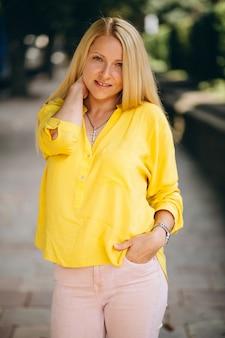 Portret piękna blondynki dziewczyna outside w parku