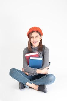 Portret Piękna uniwersytecka kobieta na białym tle