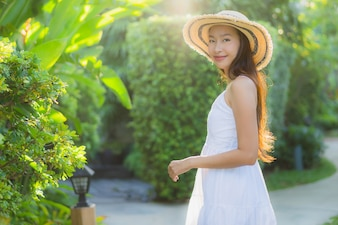 Portret pięknej młodej kobiety Azji chodzić z uśmiechem szczęśliwy i zrelaksować się w parku