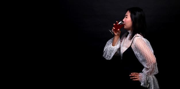 Portret piękna azjatycka kobieta trzyma szkło szampan