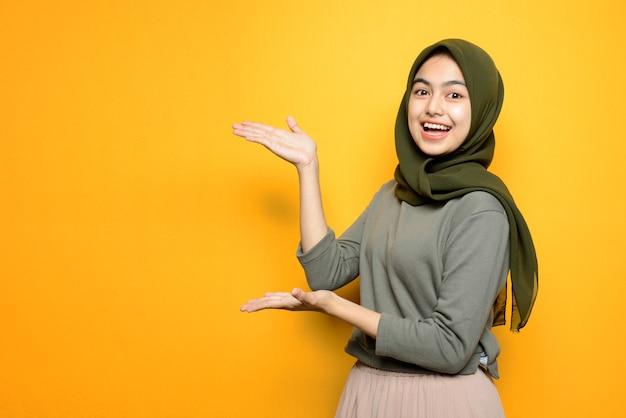 Portret piękna azjatycka kobieta z hidżabem