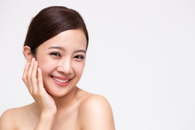 Portret piękna azjatyckiej kobiety jasna zdrowa doskonała skóra odizolowywająca. kosmetyczka zabiegi kosmetyczne koncepcja pielęgnacji skóry