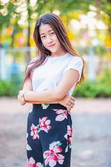 Portret piękna azjatykcia śliczna młoda dziewczyna