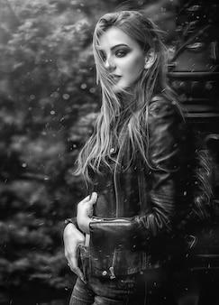 Portret piękna dziewczyna w czarnej skórzanej kurtce
