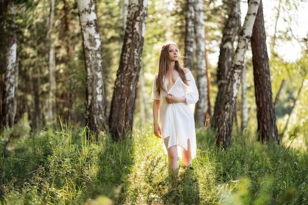 Portret piękna dziewczyna w polu
