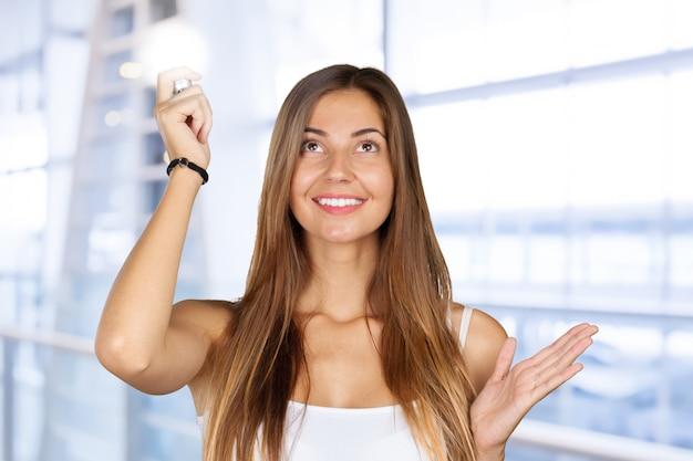 Portret piękna ekspresyjna młoda brunetka z pomysłem