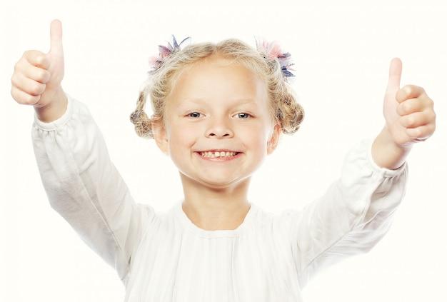 Portret piękna i ufna dziewczyna pokazuje aprobaty
