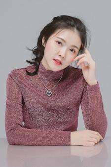 Portret piękna kobieta asia i biała skóra