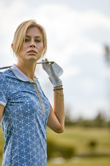 Portret piękna kobieta bawić się golfa na zielonym polu outdoors. pojęcie golfa, dążenie do doskonałości, doskonałości osobistej, królewskiego sportu.