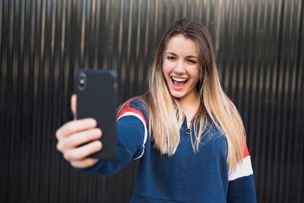 Portret piękna kobieta bierze selfie