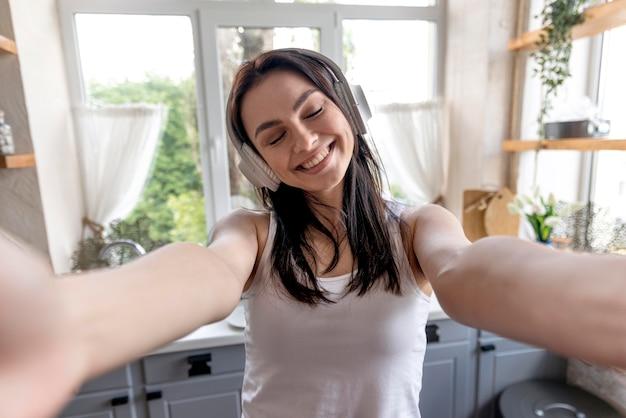 Portret piękna kobieta cieszy się muzykę